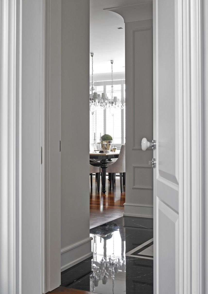 Widok z korytarza na elegancki salom