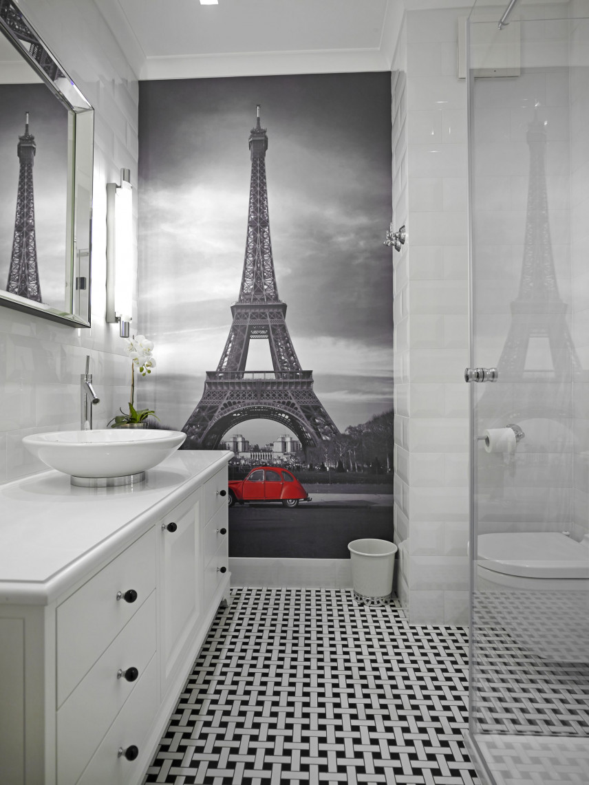 Łazienka z fototapetą z wieżą Eifla