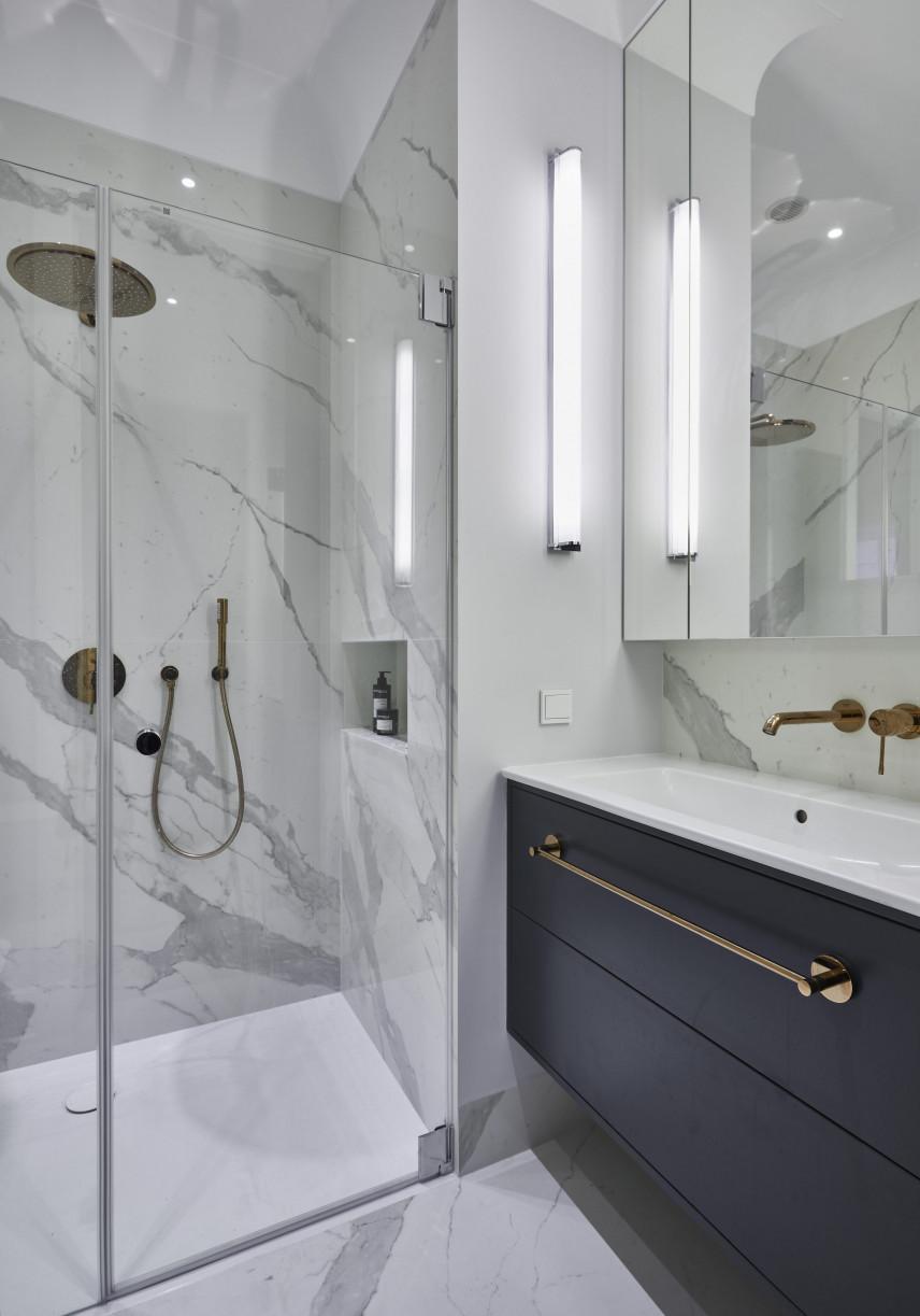 Łazienka z marmurowymi ścianami