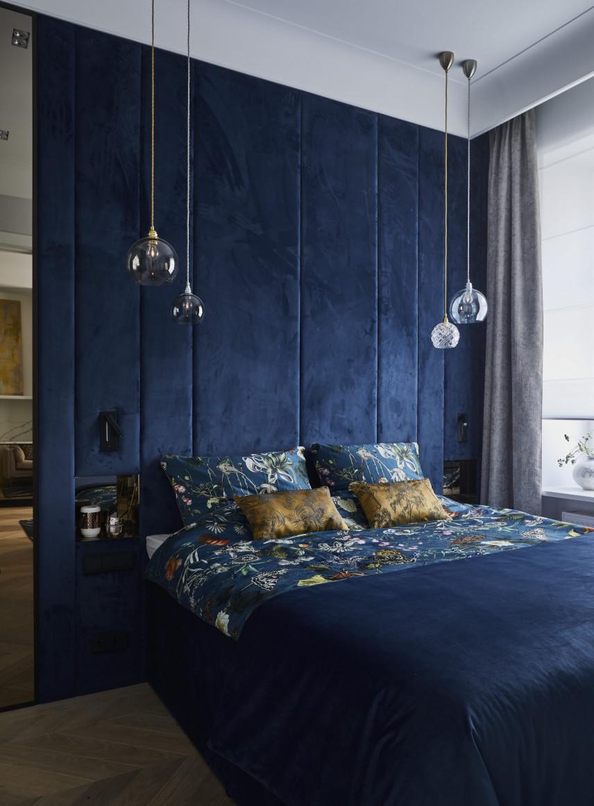 Elegancka sypialnia z tapicerowaną ścianą