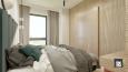 Projekt sypialni z drewnianą ścianą i łóżkiem kontynentalnym