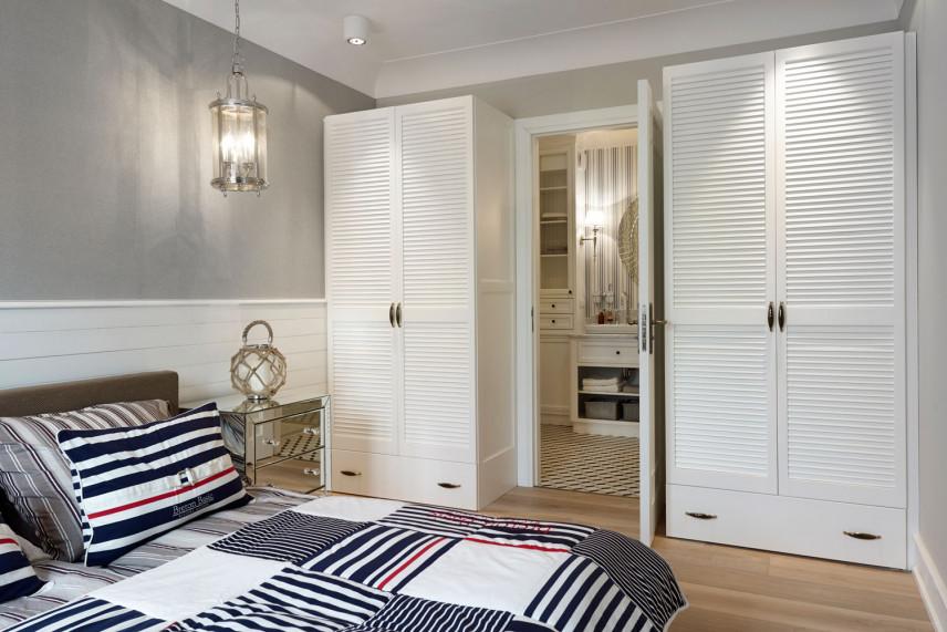Sypialnia marynistyczna z białymi meblami