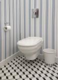 Toaleta z tapetą w marynistycznym stylu
