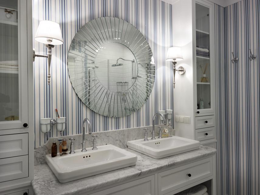 Łazienka z designerskim lustrem i tapetą