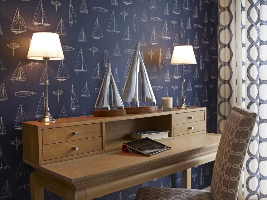 Biurko w pokoju w stylu marynistycznym
