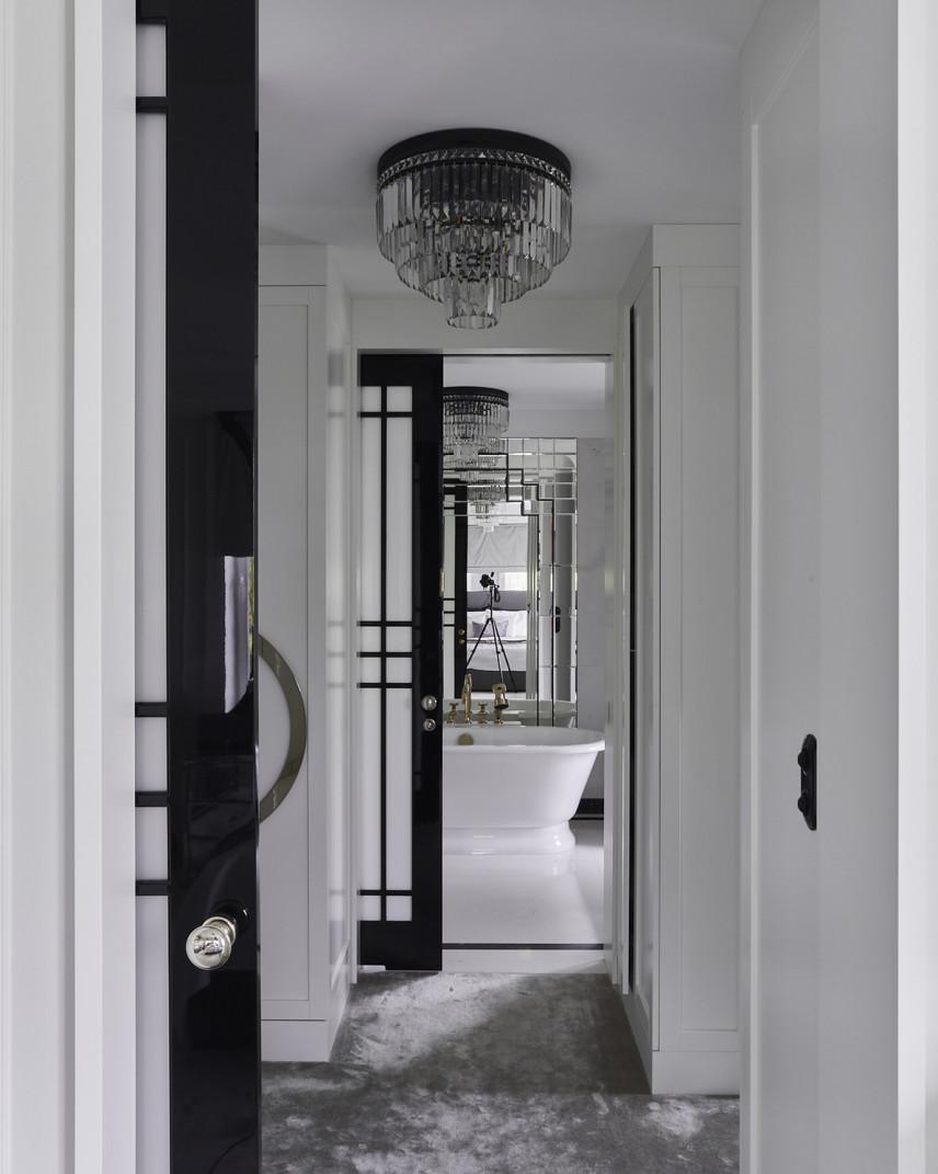 Łazienka z ozdobnym żyrandolem
