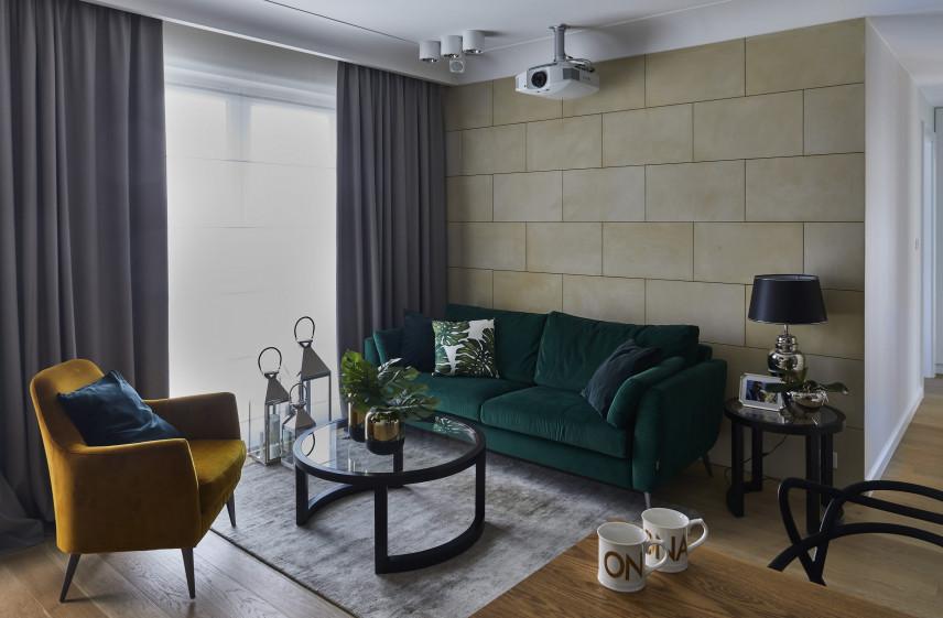Aranżacja salonu z zieloną sofą