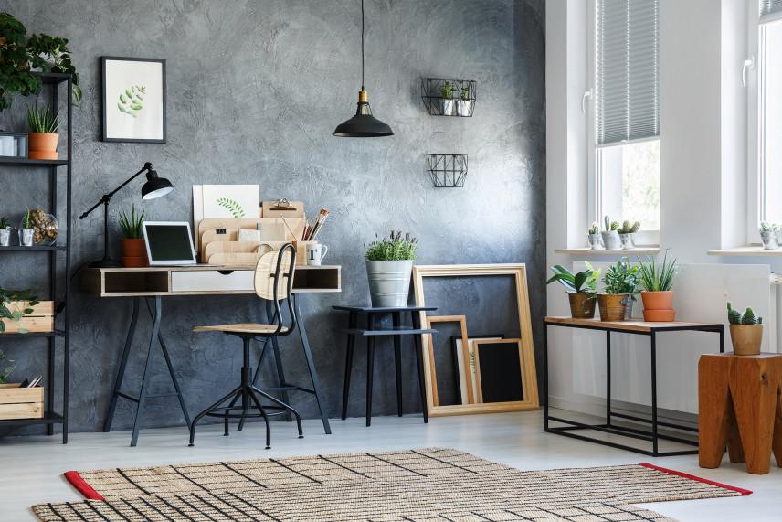 Biuro z szaro-niebieską ścianą