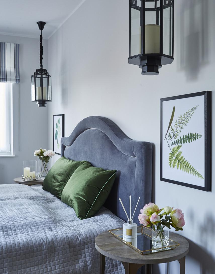 Szara sypialnia w kontynentalny łóżkiem