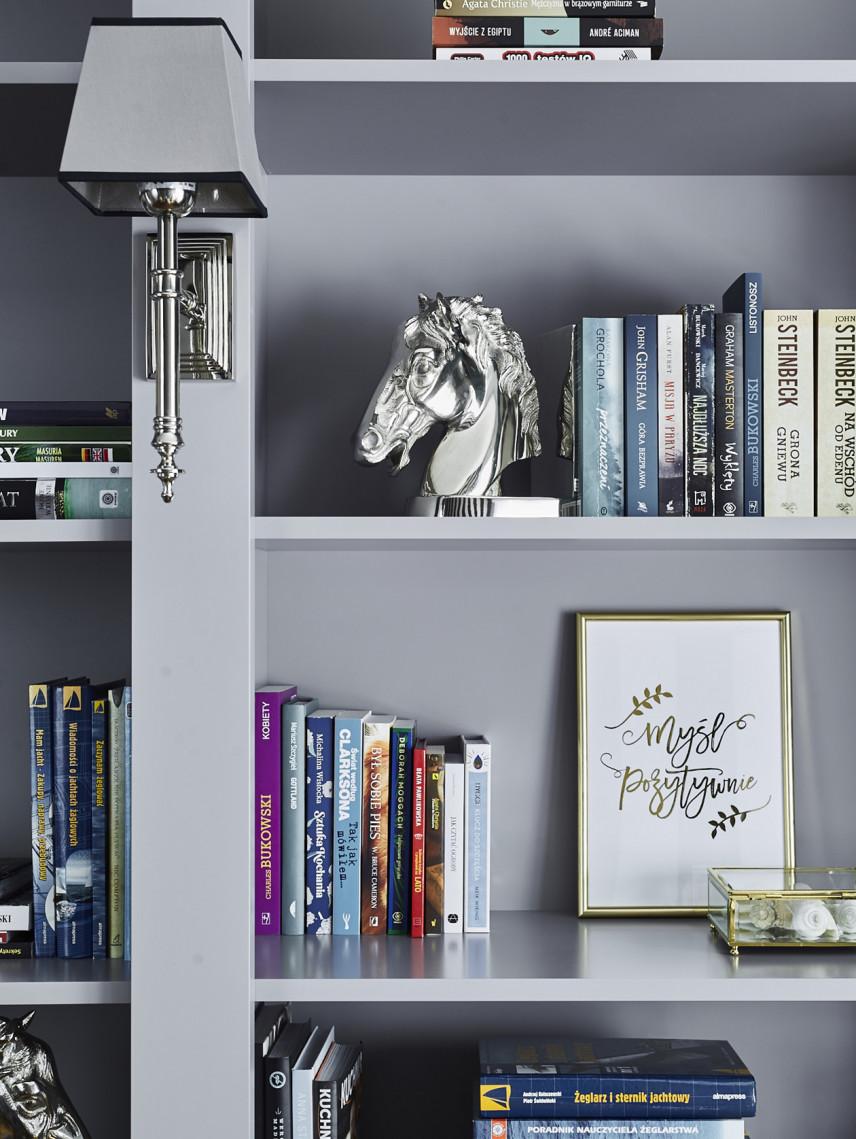 Klasyczna biblioteczka w kolorze szarym