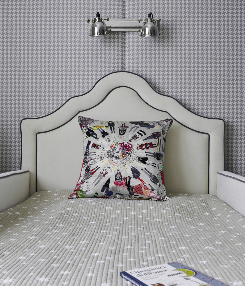 Łóżko z zagłówkiem i tapicerowaną ścianą