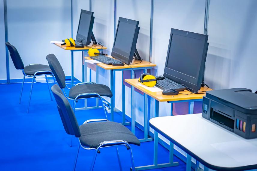 Biuro z niebieską podłogą
