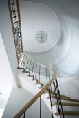 Korytarz ze schodami i ozdobnym żyrandolem