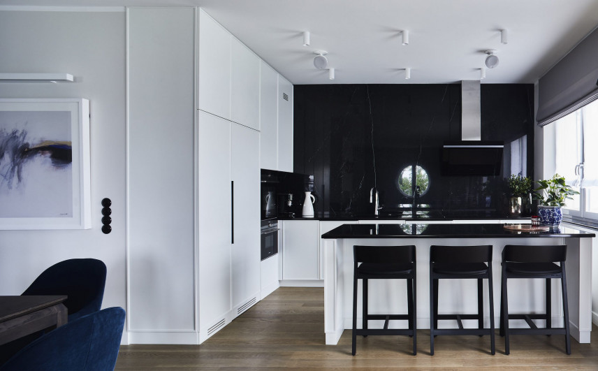 Aranżacja kuchni z czarnymi ścianami i białymi frontami