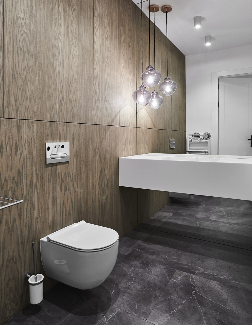 Aranżacja łazienki z imitacją drewna na ścianie