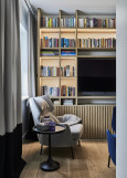 Aranżacja salonu z biblioteczką w zabudowie