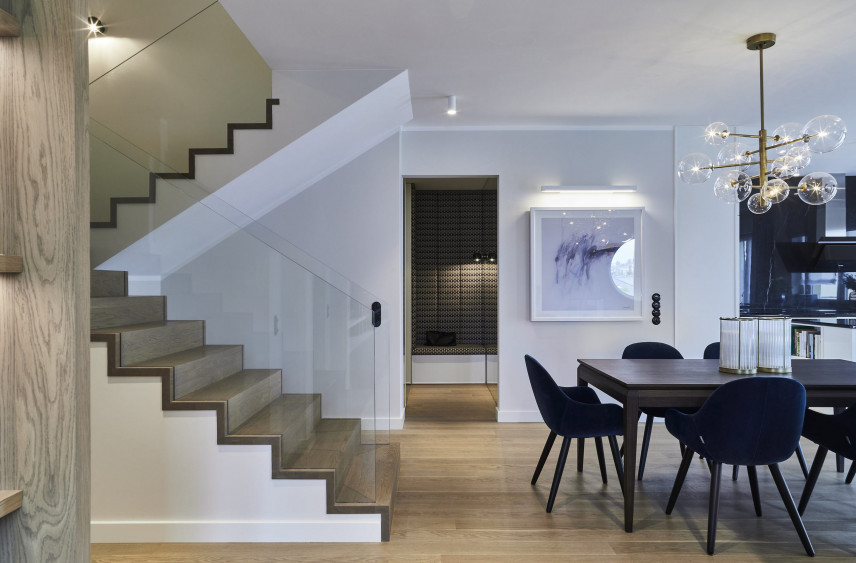 Aranżacja salonu z drewnianymi schodami