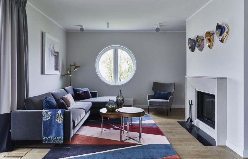 Aranżacja salonu z okrągłym oknem