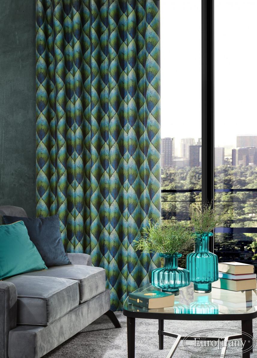 Salon w kolorze szarym z turkusowo-niebieskimi zasłonami