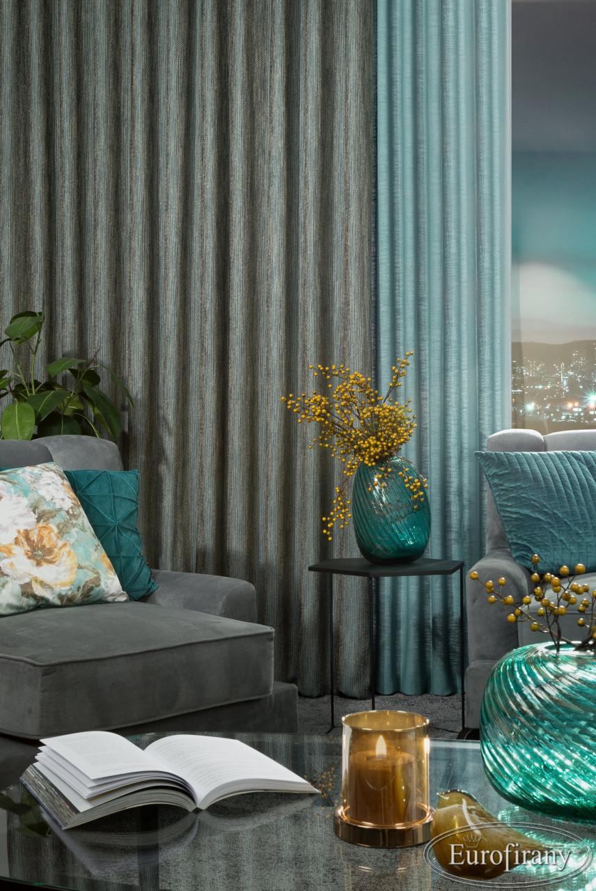 Aranżacja salonu z tapetą na ścianie