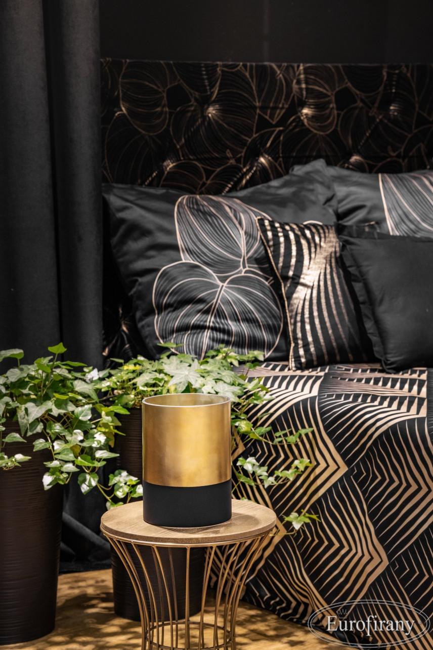 Łóżko tapicerowanym zagłówkiem  w kolorze czarnym