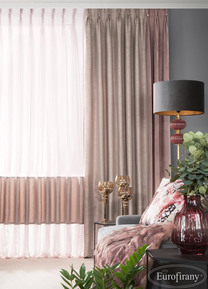 Aranżacja salonu ze stylową lampą w stylu glamour