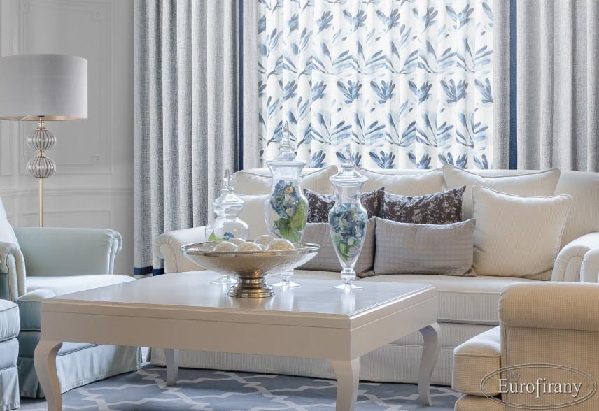 Salon w stylu glamour z pięknym białym stołem