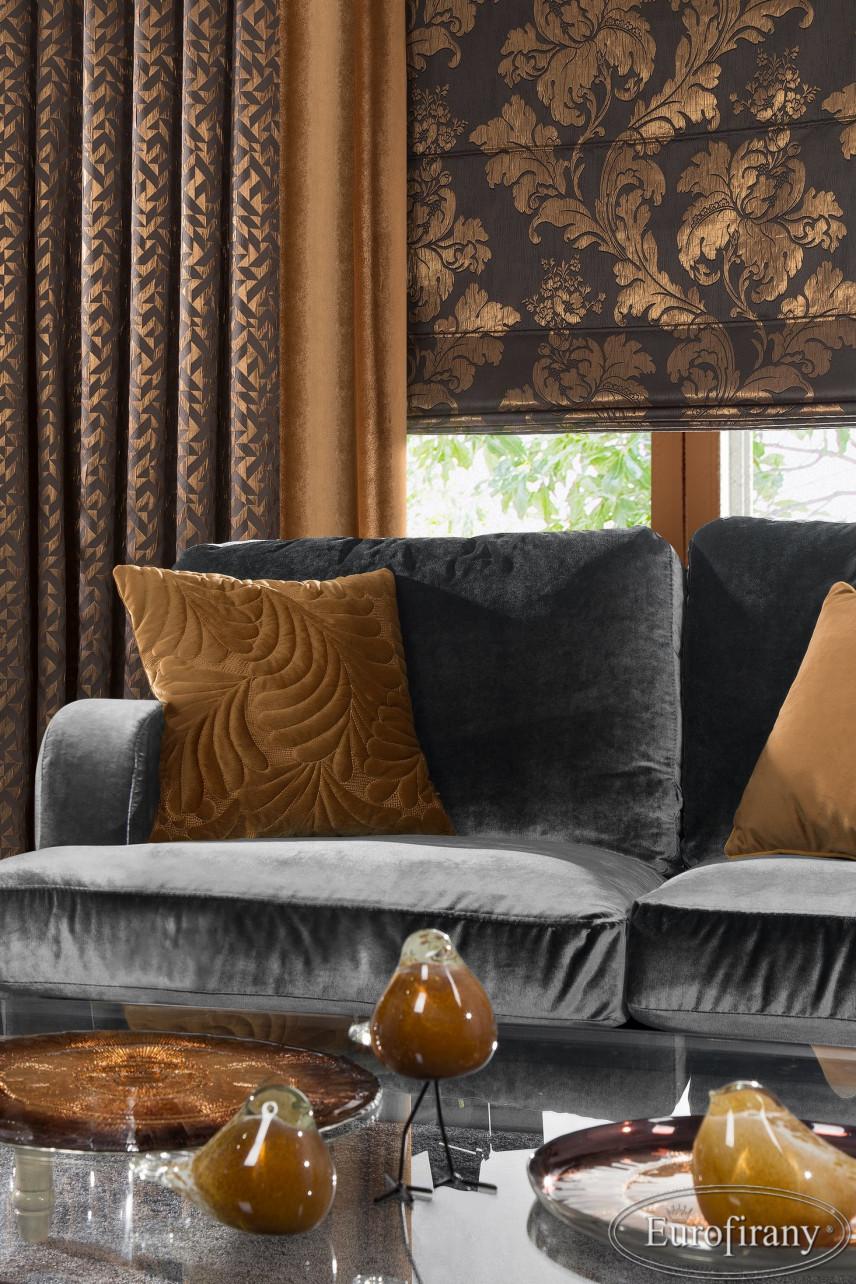 Aranżacja salonu z szarą, welurową sofą