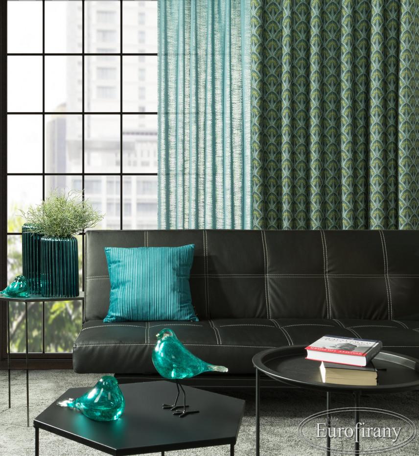 Aranżacja salonu z zielonymi zasłonami