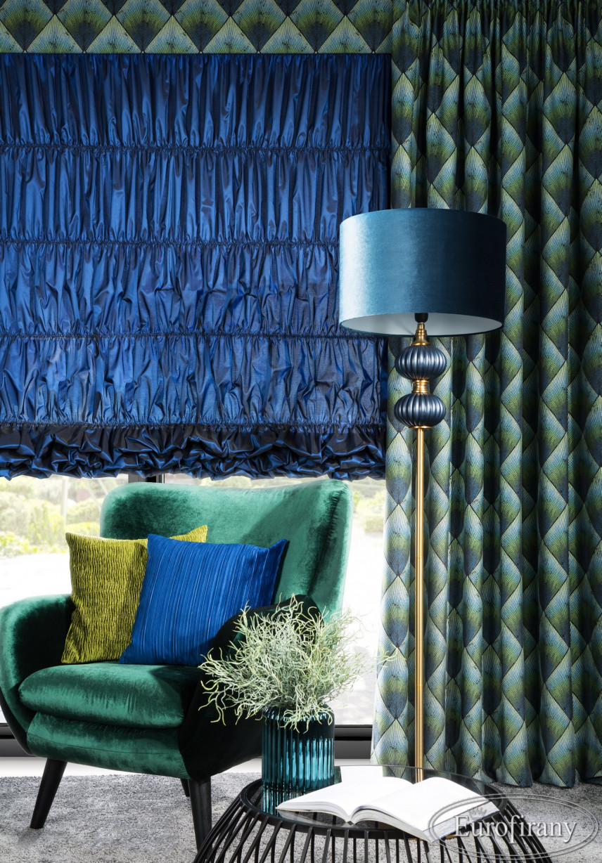 Salon w stylu glamour z zielonym fotelem