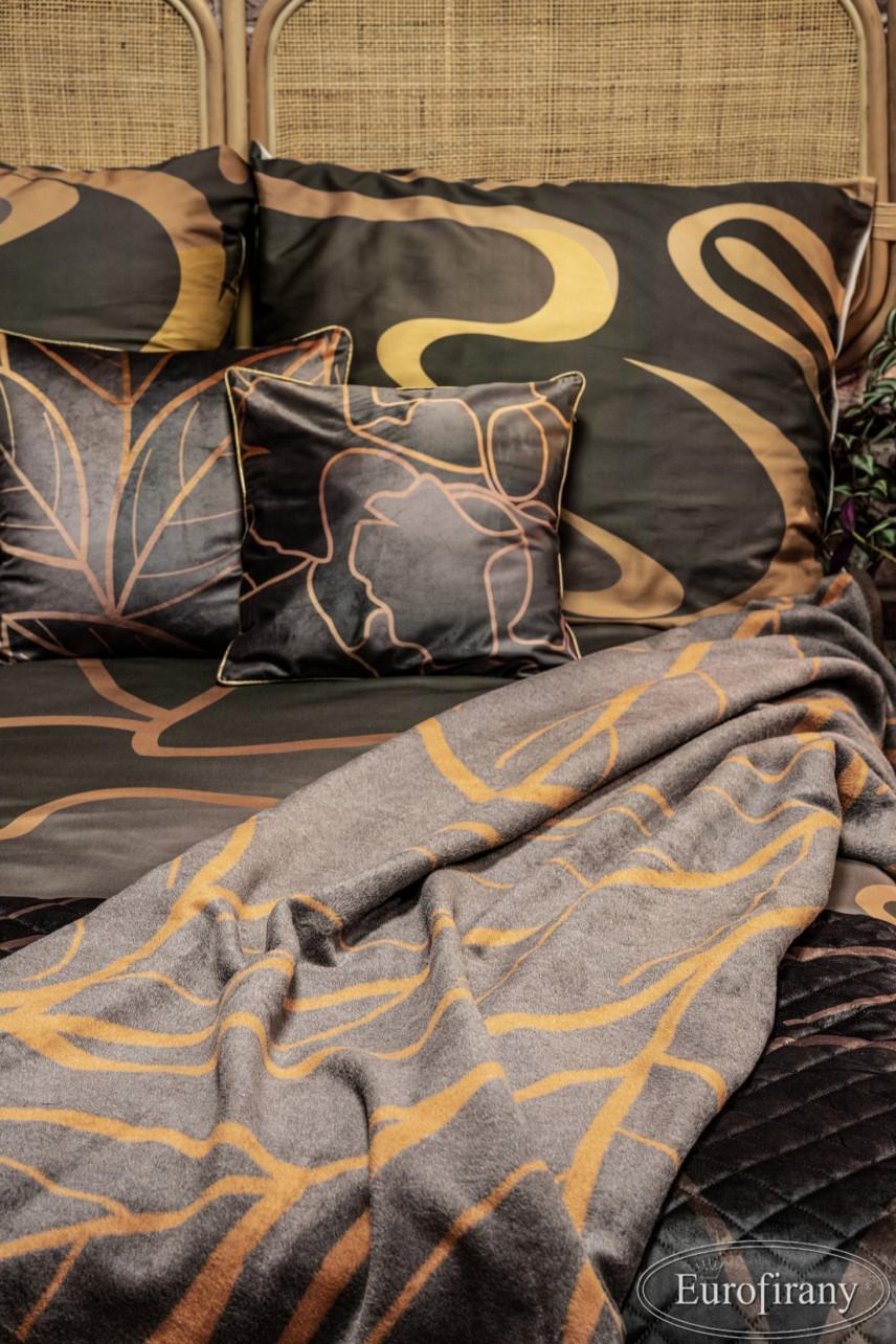 Aranżacja sypialni z satynową, czarną pościelą