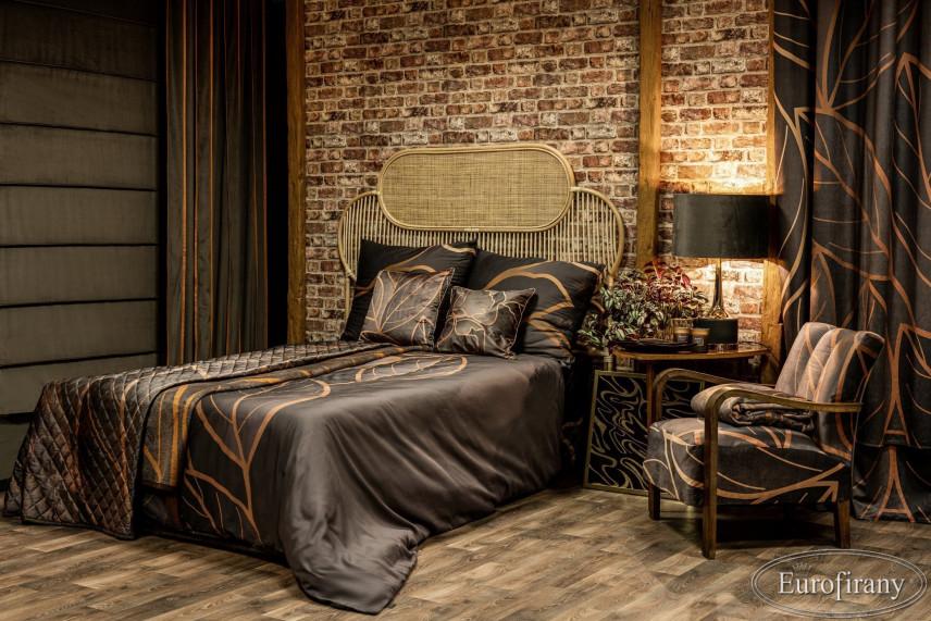 Sypialnia z rattanowym łóżkiem kontynentalnym