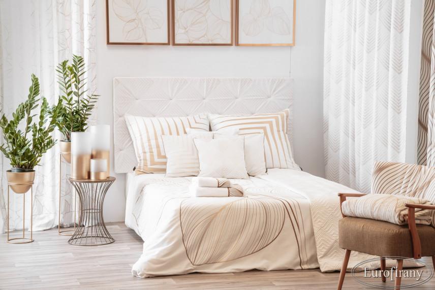 Sypialnia w bieli ze złotymi dodatkami