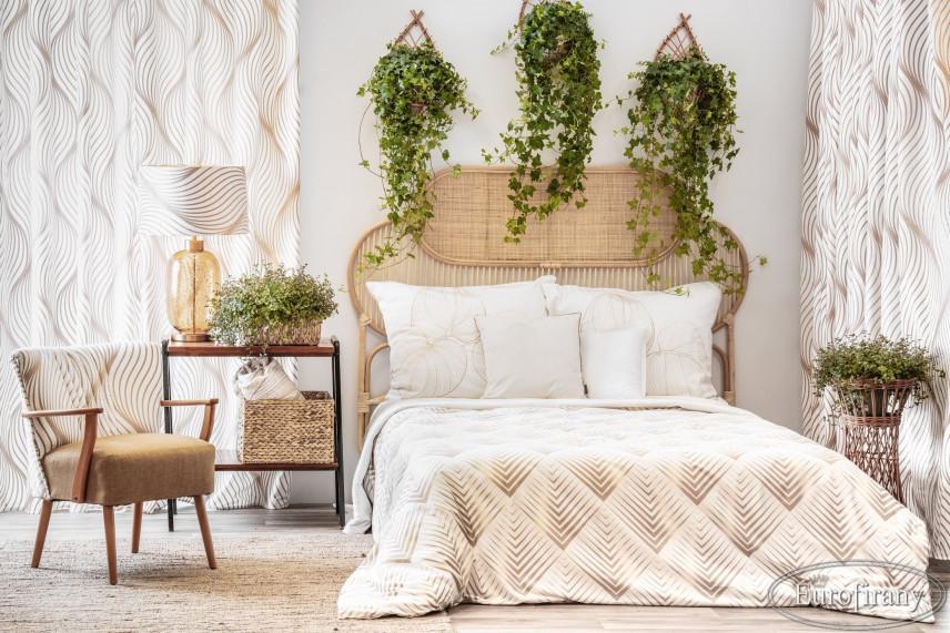 Aranżacja sypialni z żywymi kwiatami w stylowych ażurowych kwietnikach