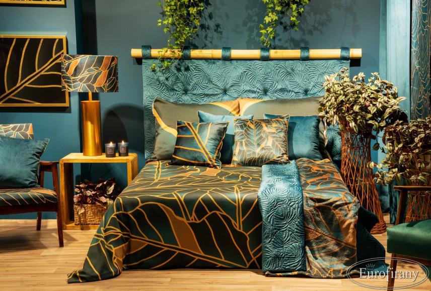 Aranżacja sypialni z łóżkiem kontynentalnym ze złotymi dodatkami