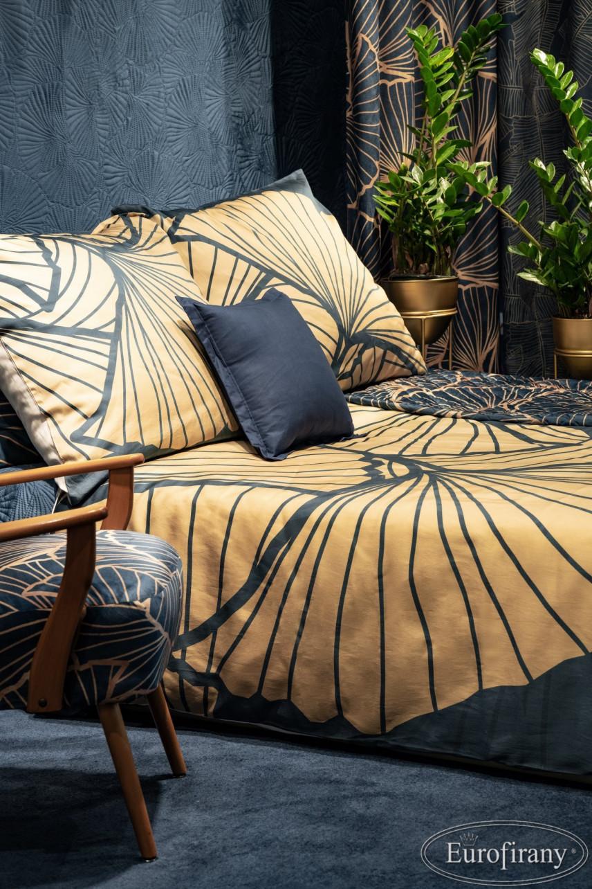 Sypialnia z granatową tapetą 3d na ścianie
