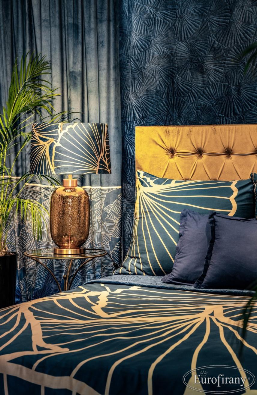 Sypialnia glamour z granatowymi, mieniącymi się zasłonami