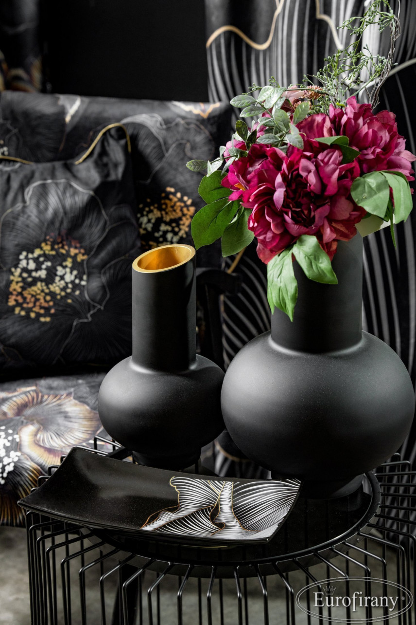 Aranżacja sypialni z czarnymi wazonami
