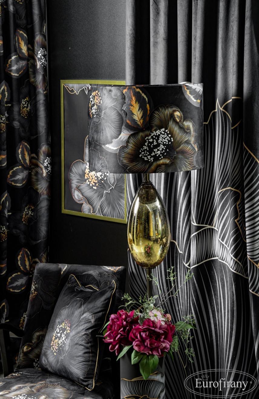 Aranżacja sypialni z czarnymi zasłonami w delikatne kwiaty
