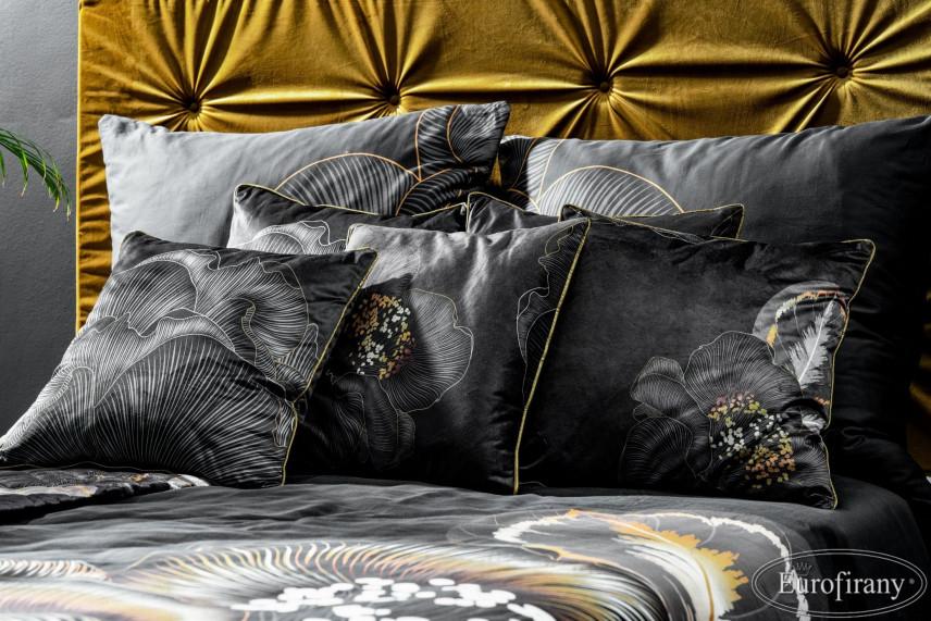 Aranżacja sypialni z dużym łóżkiem kontynentalnym w stylu glamour