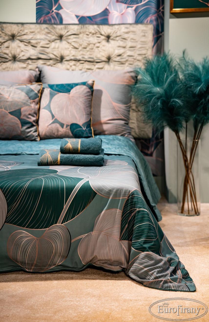 Sypialnia z łóżkiem kontynentalnym i pościelą z elementami floralnymi