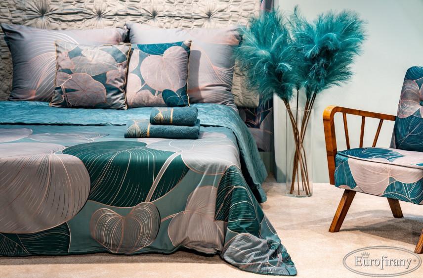 Aranżacja sypialni z fotelem w stylu glamour