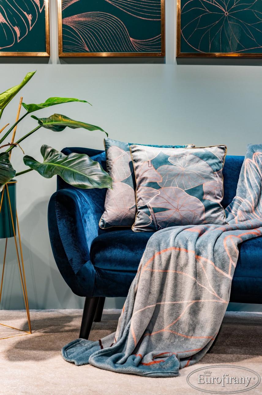 Aranżacja salonu z granatową, welurową sofą