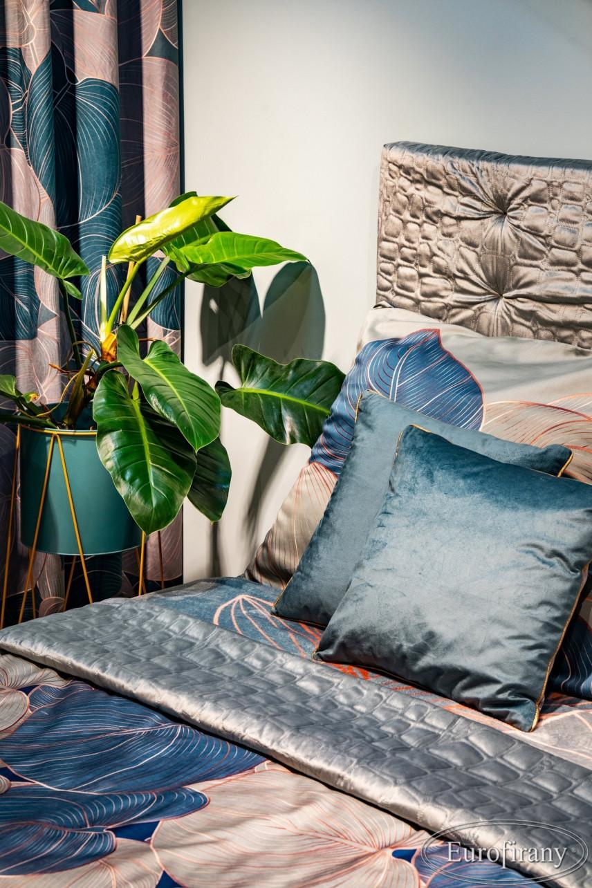 Sypialnia z zasłonami ze wzorem floralnym