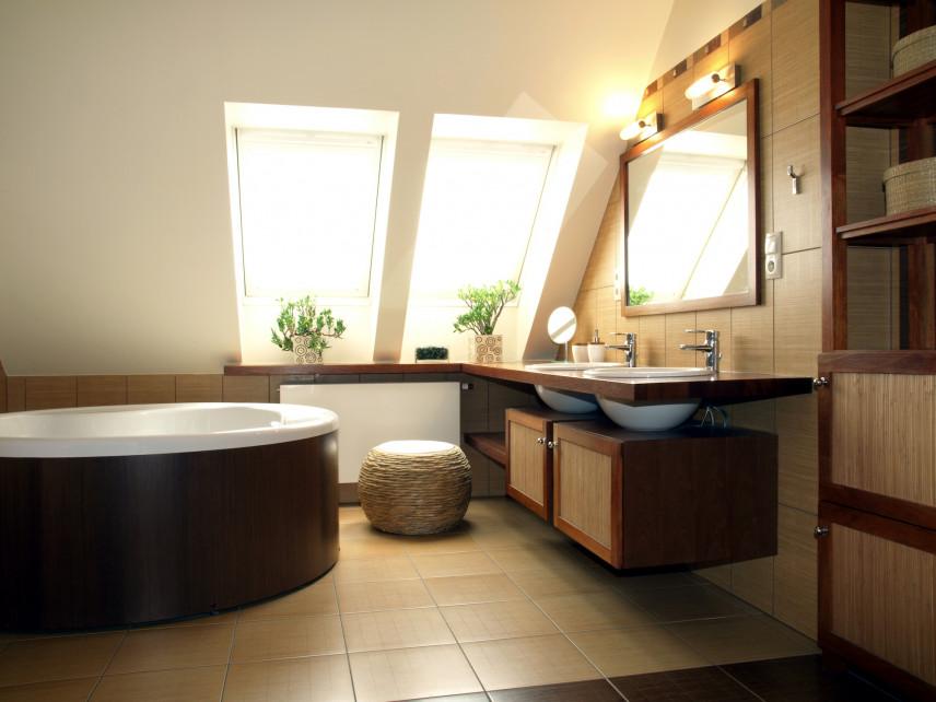 Łazienka na poddaszu z okrągłą wanną