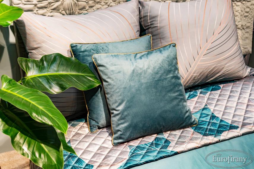 Poduszki w kolorze turkusowym i beżowym