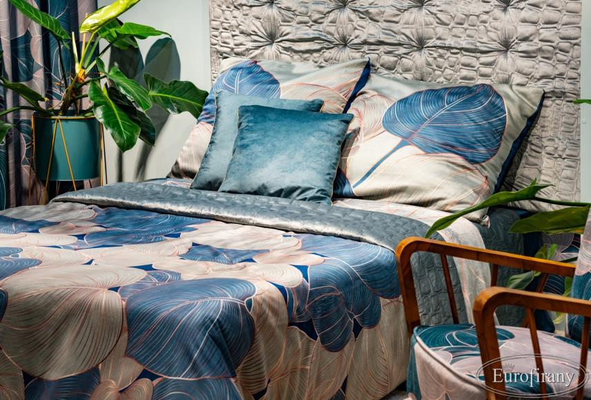 Aranżacja sypialni z motywem floralnym na pościeli i zasłonach