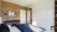 Aranżacja sypialni z cegłą na ścianie