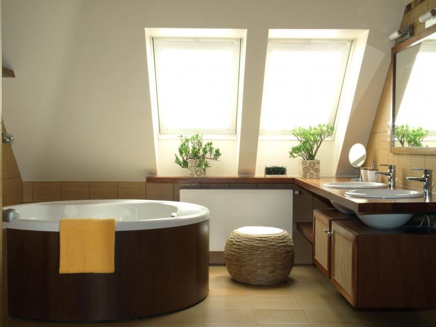 Brązowo-beżowa łazienka na poddaszu