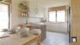 Aranżacja kuchni z oknem nad blatem w stylu scandi